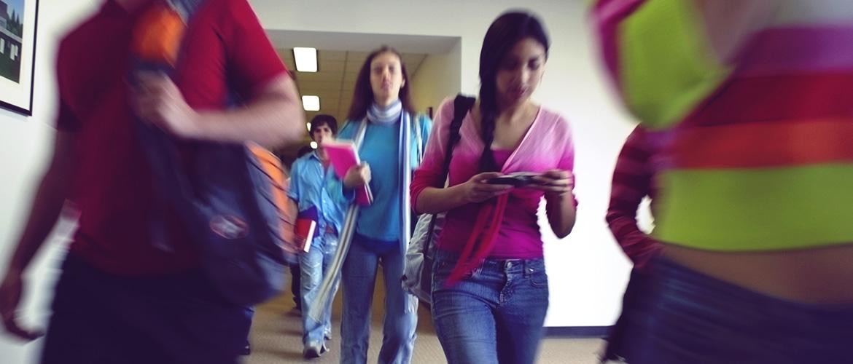 Un groupe d'élèves marchent dans le corridor